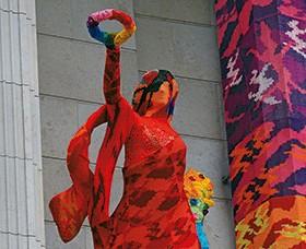 Скульптуры на фасаде здания ТЦ «Галерея» в дизайнерской вязаной одежде
