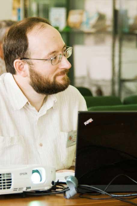 Павел Каганер за своим ноутбуком