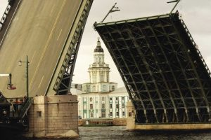Когда 5 февраля 1911 года в Петербурге был подписан договор с Обществом Коломенских заводов на строительство Дворцового моста, отдельно было обусловлено, что все работы должны выполняться из отечественного материала, русскими рабочими и инженерами (Чтобы увеличить, кликните на фото)